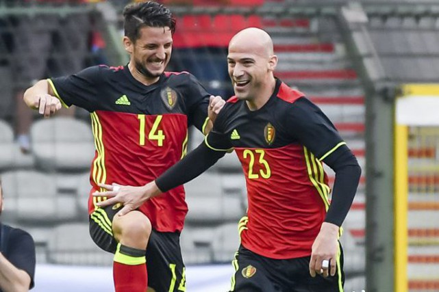 Dries Mertens et Laurent Ciman, de la Belgique... (Photo Geert Vanden Wijngaert, Associated Press)