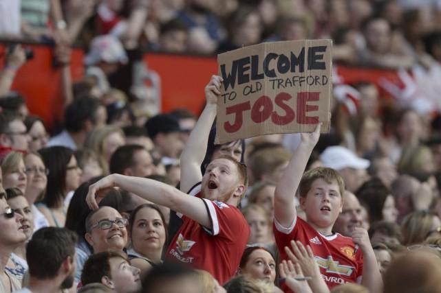 Jose Mourinho a savouré un accueil chaleureux à Old Trafford dimanche alors... (Photo AFP)