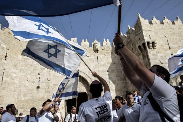 De petits groupes de jeunes Juifs ont agité... (PHOTO AP)