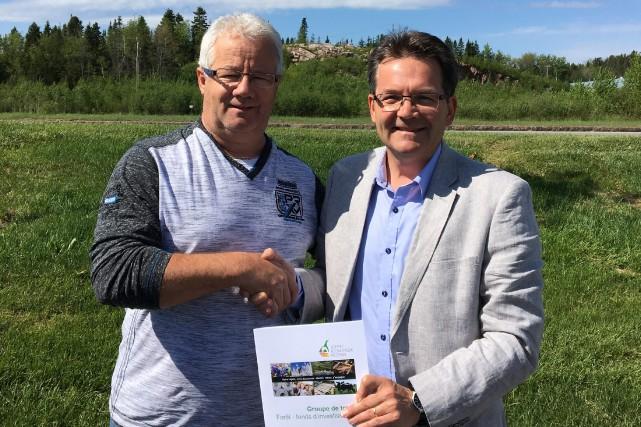 Daniel Leblond d'Unifor et Éric Rousseau, directeur de... (Photo courtoisie)