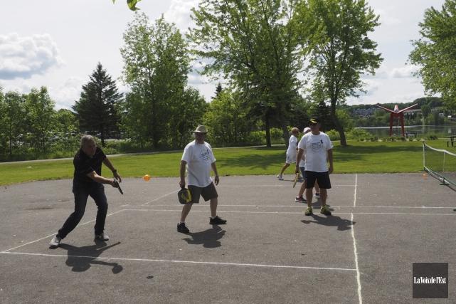 Le pickleball est un sport de raquette qui... (Alain Dion, La Voix de l'Est)