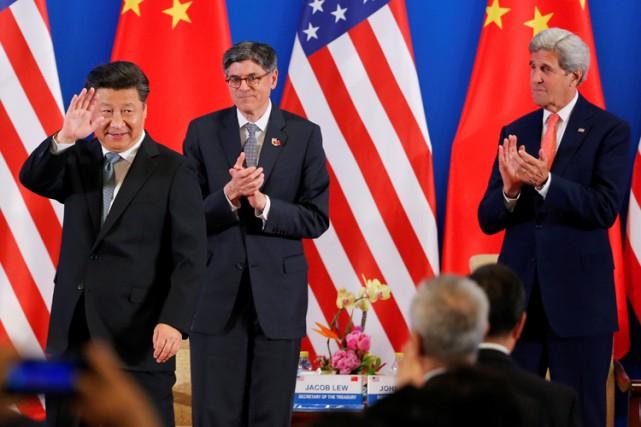 Le président chinois Xi Jinping salue la foule... (PHOTO AFP)