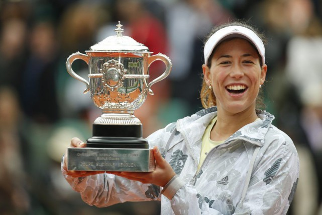 Garbine Muguruza pose avec son trophée remporté à... (PHOTO ALASTAIR GRANT, AP)