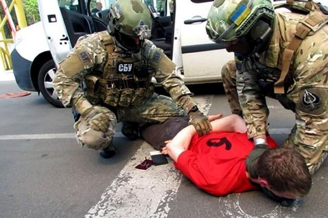 L'agence SBU a annoncé l'arrestation d'un Français lourdement... (Services secrets de l'Ukraine, via AP)