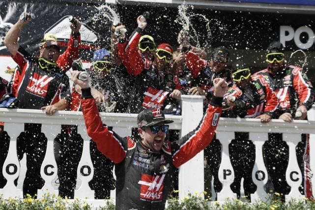 Kurt Busch a célébré sa victoire avec les... (PHOTO MATT SLOCUM, AP)