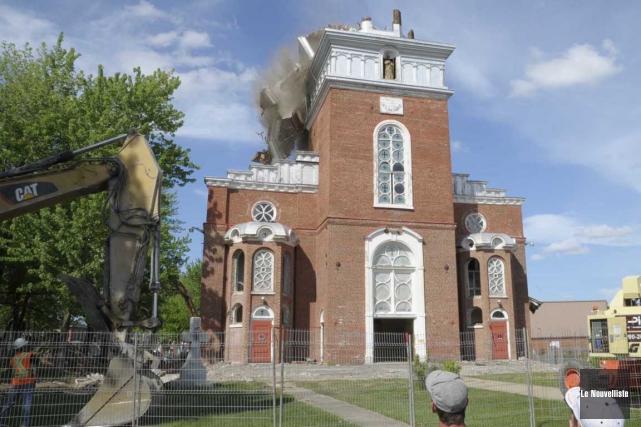 L'église de Pierreville est tombée sous le pic... (Sylvain Mayer, Le Nouvelliste)