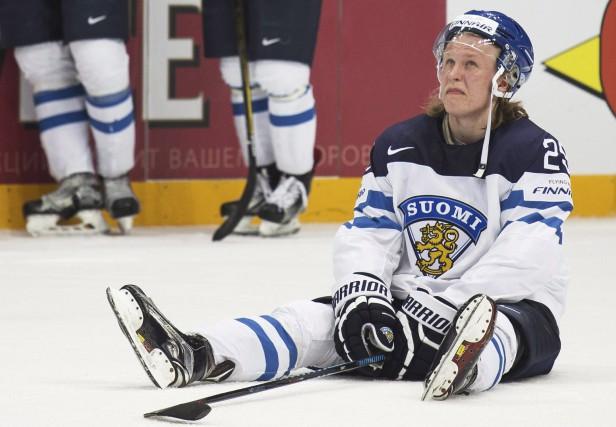 Patrik Laine était dépité après le défaite de... (AP/Pavel Golovkin)