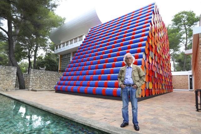 Christo devantson imposante sculpture de barils de pétrole... (AFP, Valéry Haché)