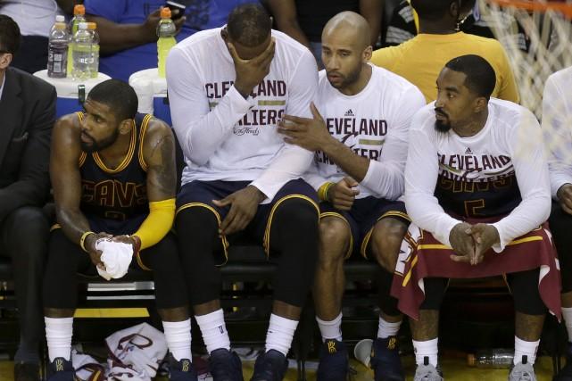 Les Cavaliers de Cleveland etLeBron James, (qui se... (AP, Ben Margot)