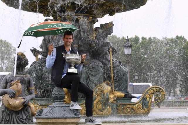 Novak Djokovic avec son trophée à la Place... (AFP, Miguel Medina)