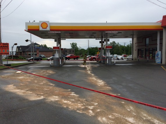 Un déversement de carburant à la station Shell... (Photo Alain Dion)