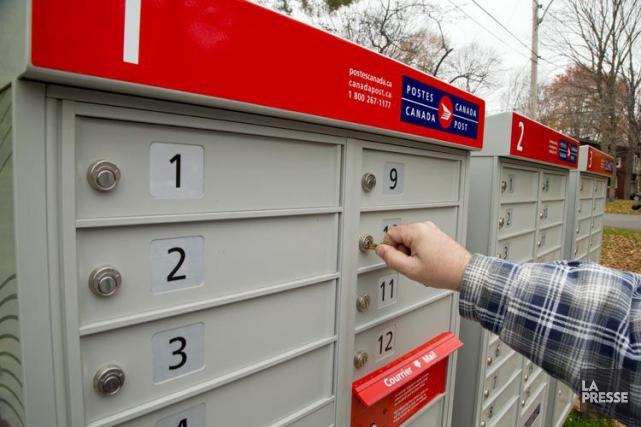 Des boîtes postales communautaires installées près d'un arrêt d'autobus, d'une... (PHOTO ARCHIVES LA PRESSE)