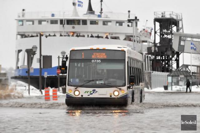 Inondation sur la rue Dalhousie... (Photothèque Le Soleil, Patrice Laroche)