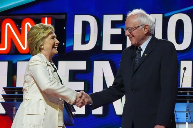 Hillary Clinton et Bernie Sanders avant le débat... (PHOTO AFP)