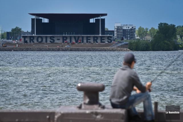 Du quai de Sainte-Angèle-de-Laval, les lettres géantes de... (François Gervais, Le Nouvelliste)