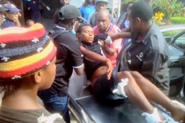 Une personne blessée lors de heurts entre manifestants... (IMAGE EMTV/REUTERS TV)