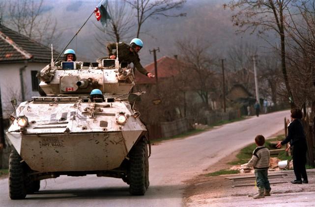 Des Casques bleus canadiens dans un char d'assault... (La Presse canadienne, Tom Hanson)