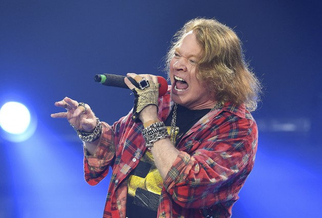 Axl Rose, en tournée avec AC/DC, a chanté... (Associated Press, Invision, Mark Allan)