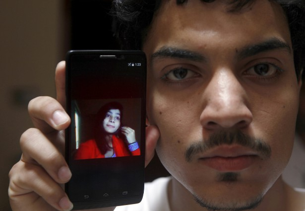 Hassan Khan montre une photo de sa femme,... (AP, K.M. Chaudary)