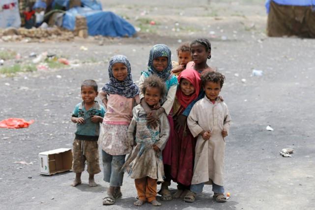 Des enfants posent pour la caméra dans un... (PHOTO REUTERS)