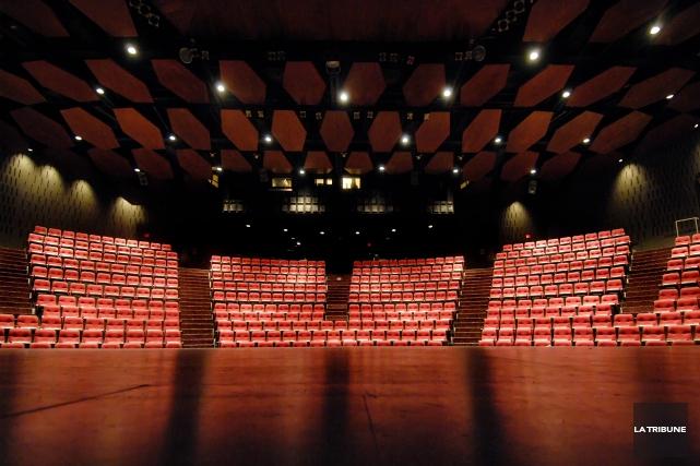 Le Théâtre Centennial compte 800 places alors que... (Archives, La Tribune)