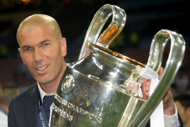 L'entraîneur du Real Madrid,Zinédine Zidane, avec le trophée... (Photo Filippo Monteforte, AFP)