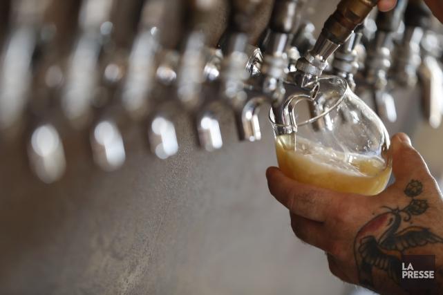 Comme leurs voisins du Sud, les Québécois ne semblent pas se lasser des bières... (PHOTO IVANOH DEMERS, LA PRESSE)