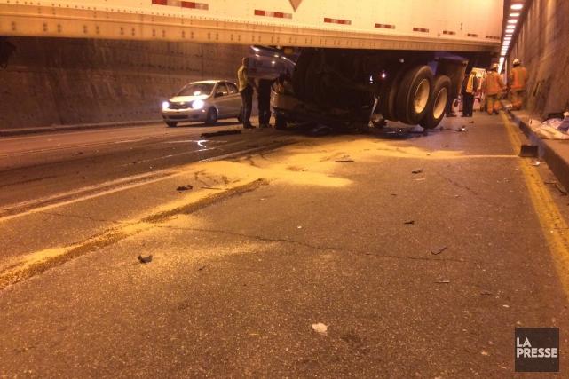 Un carambolage impliquant quatre camions dans le tunnel... (Photo tirée de Twitter, Meteor remorquage)