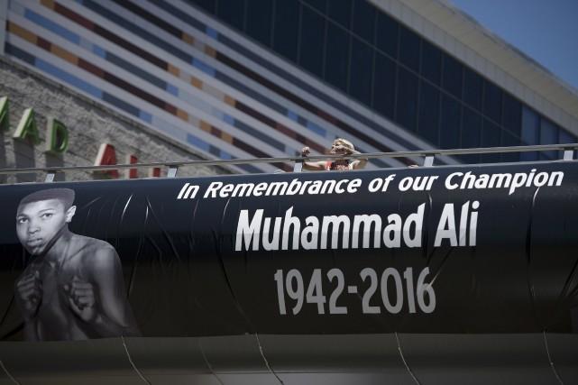 Un banderole pour rendre hommage au boxeur, à... (Agence France-Presse, Brendan Smialowski)