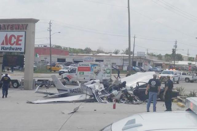Trois personnes ont perdu la vie lorsqu'un petit avion s'est écrasé à proximité... (PHOTO ABC13.COM)
