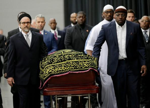 Le cercueil de Muhammad Ali arrive au Freedom... (AP, David Goldman)