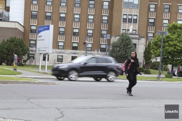 Traverser le boulevard Leclerc à pied dans le... (Janick Marois, La Voix de l'Est)