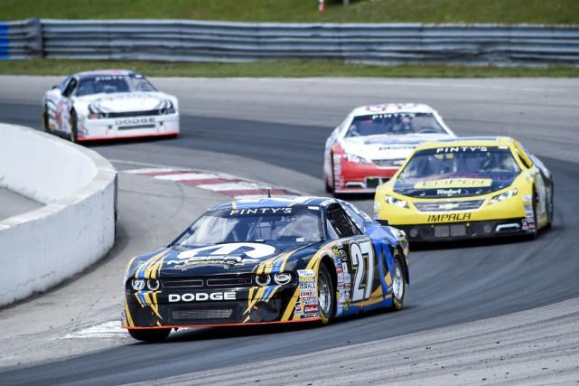 Andrew Ranger, avec sa voiture Mopar no. 27,... (NASCAR)
