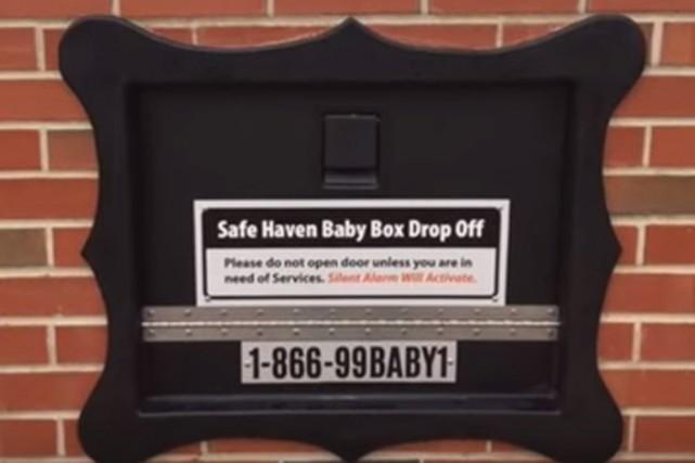 Deux boîtes sont placées devant des casernes de... (Image tirée de Youtube)