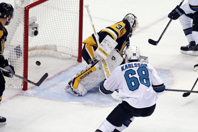 Melker Karlsson a marqué pour donner aux Sharks... (Associated Press)