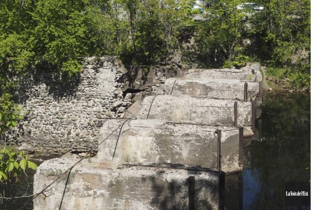 Reconstruire le barrage de la rue du Sud... (Alain Dion, La Voix de l'Est)