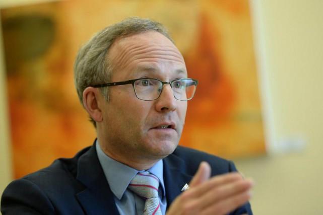 Le ministre des Affaires municipales Martin Coiteux déposera... (PHOTO ERICK LABBÉ, ARCHIVES LA SOLEIL)