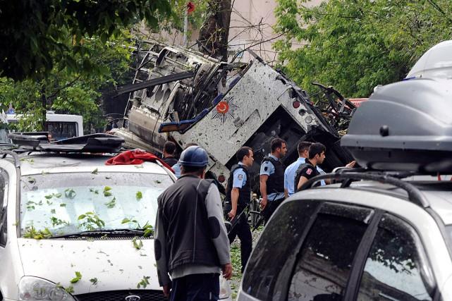 Onze personnes dont sept policiers ont été tuées... (PHOTO DHA via AP)