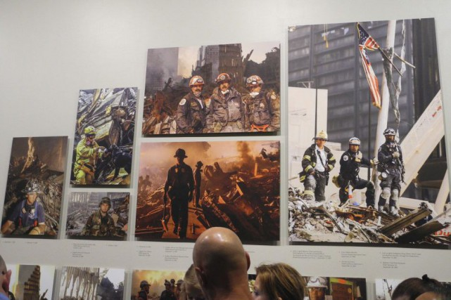 Des visiteurs regardent des photos de l'exposition Hope... (PHOTO THOMAS URBAIN, AFP)