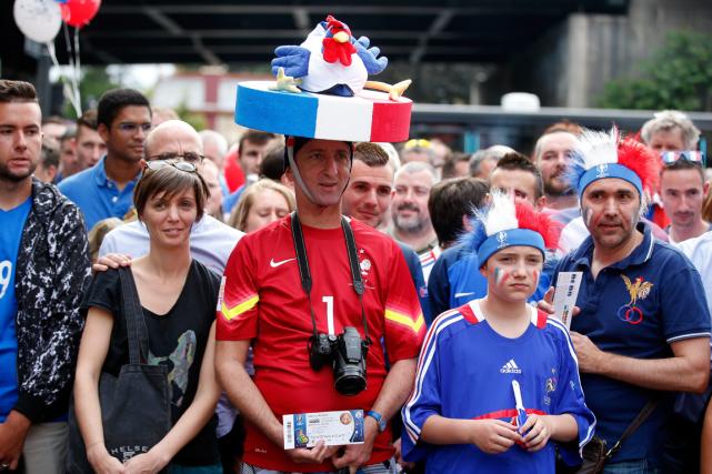 Dessupporteurs de la France attendent pour entrer au... (Photo Thibault Camus, AP)