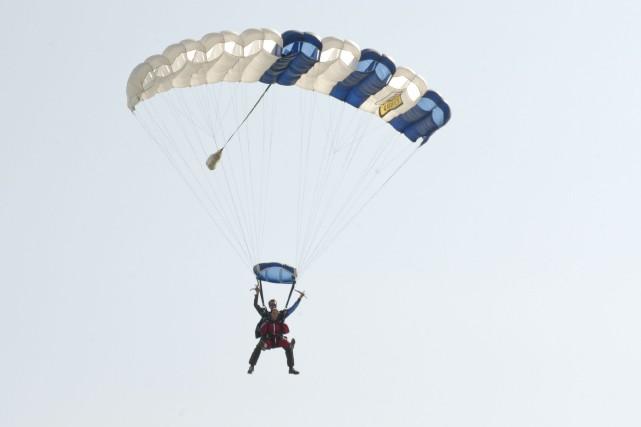 Une quarantaine de personnes sauteront en parachute au... (Archives La Voix de l'Est)