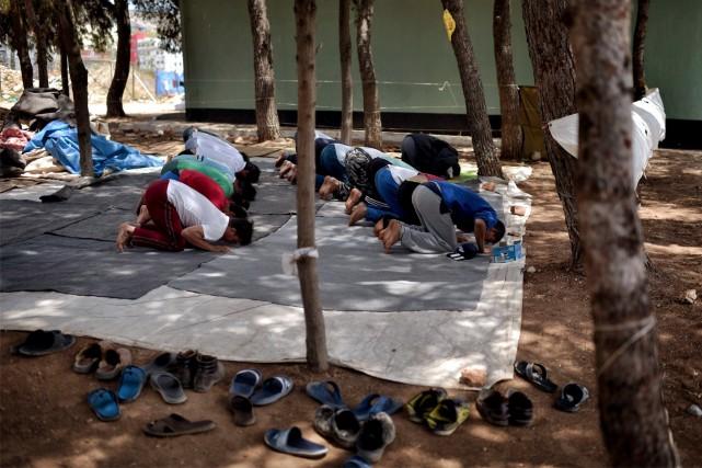 Pour plusieurs musulmans entassés dans les différents camps... (AFP, ARIS MESSINIS)