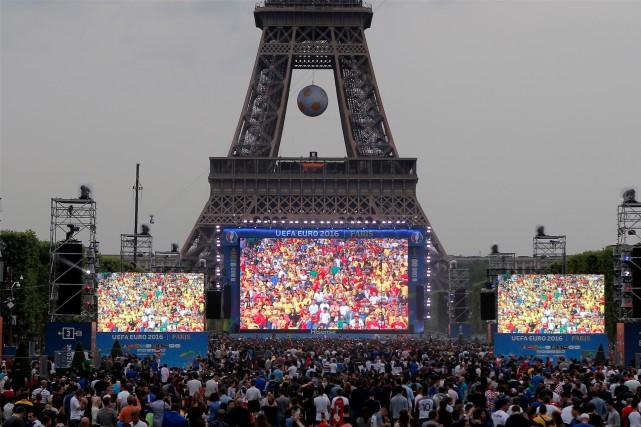 Des fans de soccer se rassemblent dans la... (AP Photo, Francois Mori)