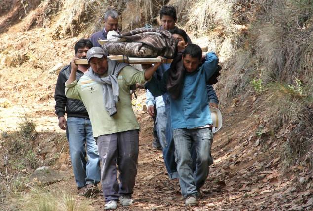 Des résidents d'un village près de Puebla transportent... (AFP, SAUL MUNOZ)