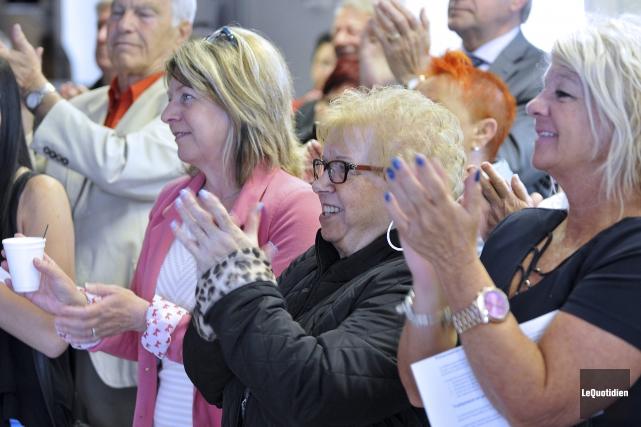 Plusieurs citoyens et élus étaient rassemblés pour voir... (Photo Le Quotidien, Rocket Lavoie)