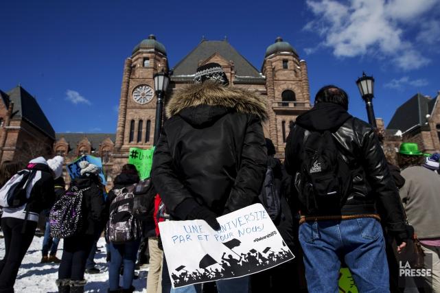Une centaine de personnes s'étaient rassemblées devant Queen's... (Archives, La Presse canadienne)