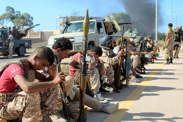 Des soldats des forces loyales au nouveau gouvernement... (Photo Reuters)