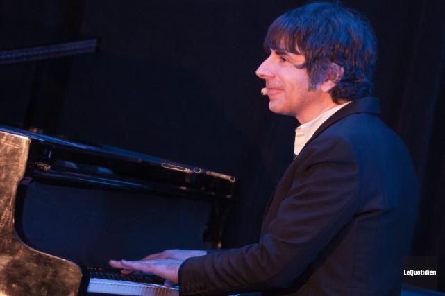 Thomas Fersen s'est fait tantôt chanteur, tantôt conteur,... (Photo Le Quotidien, Michel Tremblay)