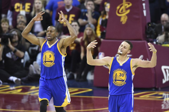 Stephen Curry (30) et Andre Iguodala (9) célèbrent... (PHOTO KEN BLAZE, USA TODAY)