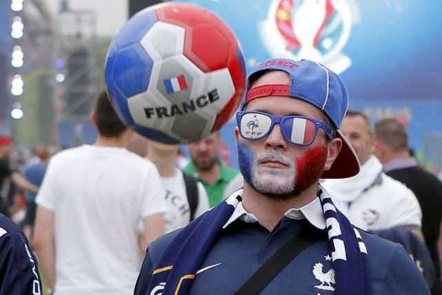 Un amateur joue avec un ballon près de... (Archives AP)